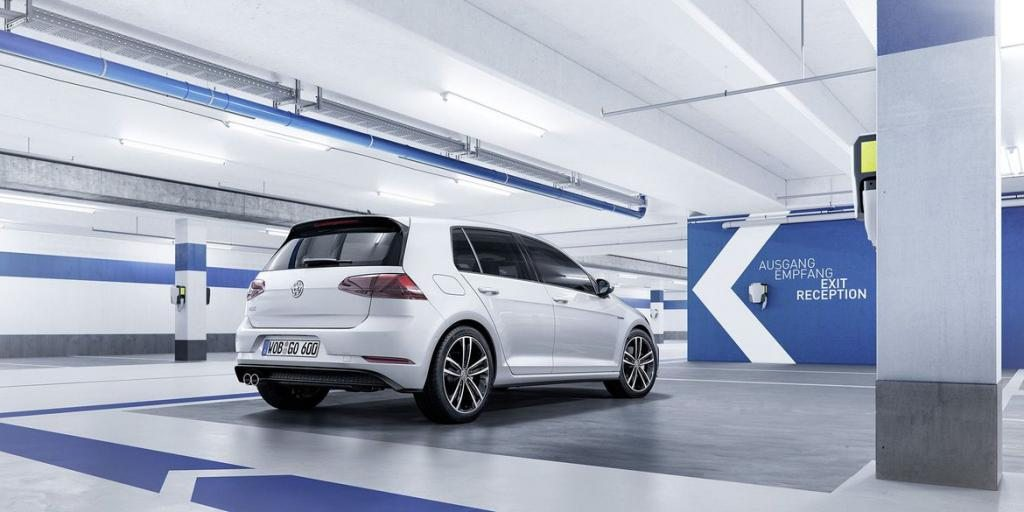 2018-volkswagen-golf-back